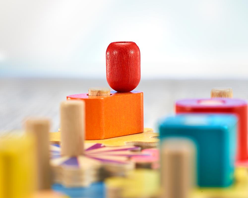 Holz buntes Formensteckspielzeug mit Zahnrädern und verschiedenen Bauklötzchen
