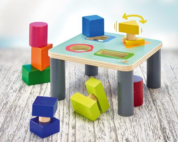 Holz Bunter Sortiertisch mit verschiedenen Baukloetzen und komplexen Formen