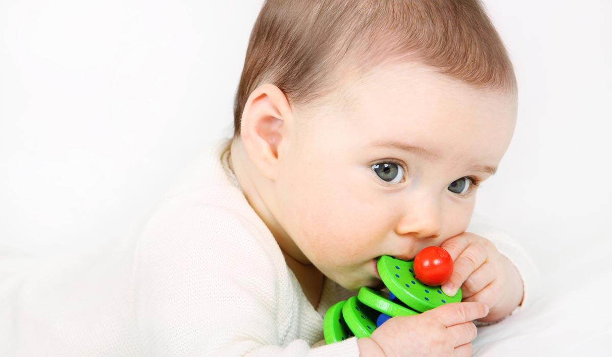 welche farben lieben babys selecta holzspielzeug. Black Bedroom Furniture Sets. Home Design Ideas