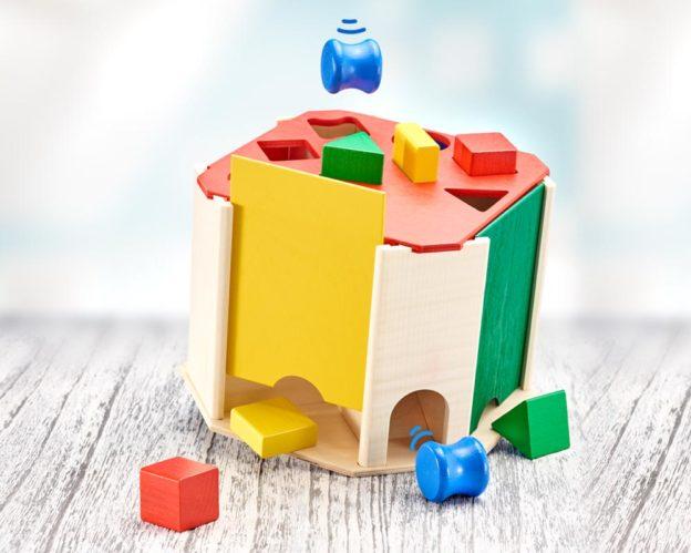 Holz Bunte Sortierbox mit verschiedenen Baukloetzen