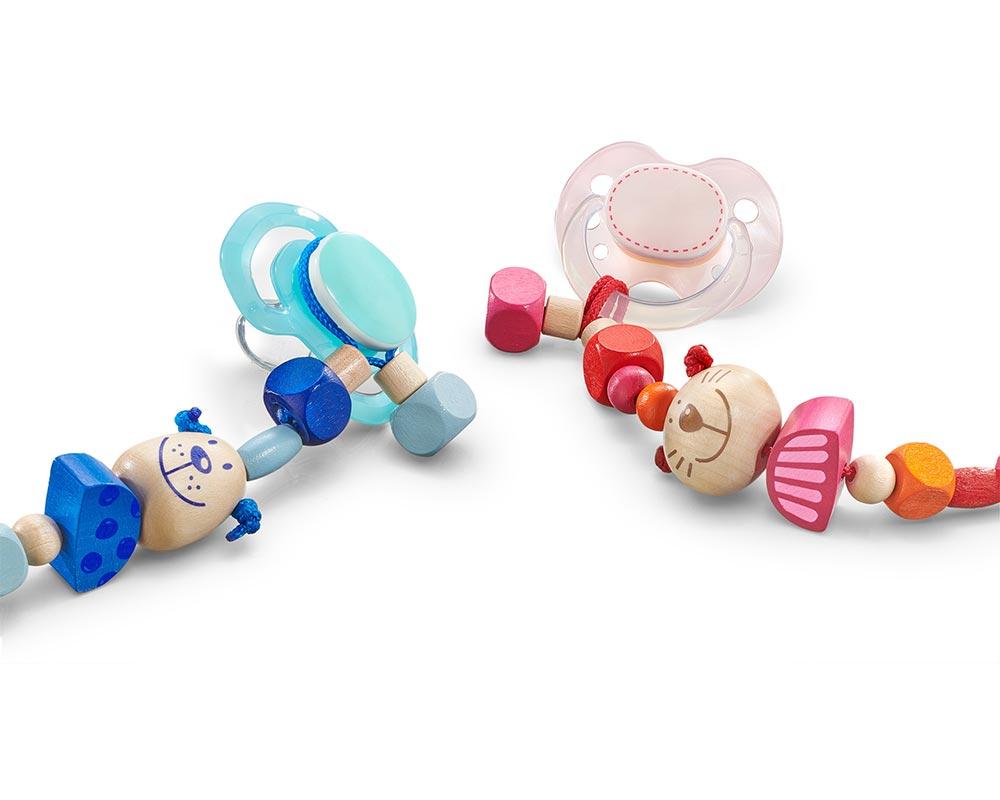 Schnullerkette detail, blau mit Hund und Holzklötzchen und rosa mit Katze und Holzklötzchen