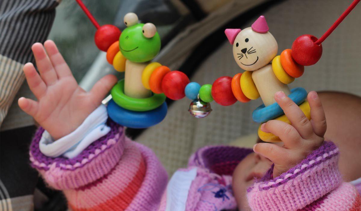 babys 6 bis 12 monate selecta holzspielzeug. Black Bedroom Furniture Sets. Home Design Ideas