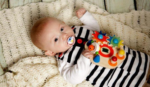Meilenstein Baby acht bis zwölf Wochen