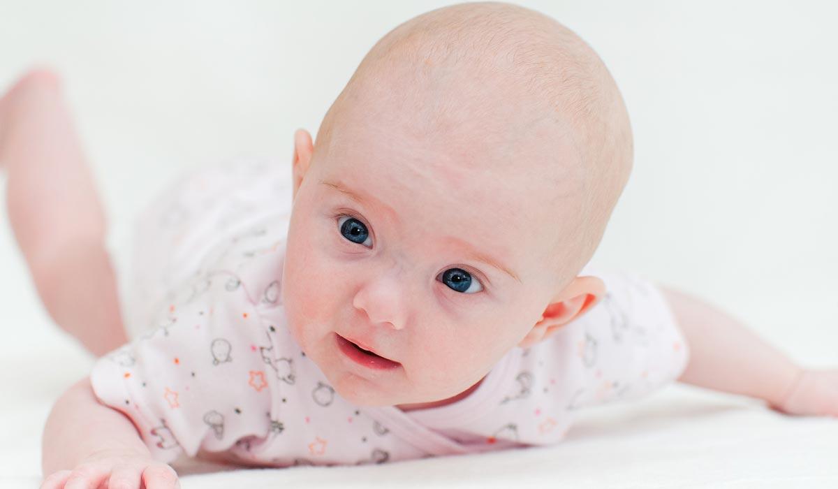 Meilenstein Baby sechs bis acht Wochen