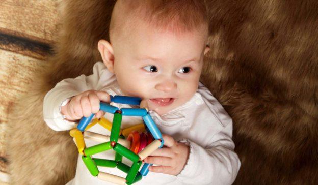 Meilenstein Baby sechzehn bis achtzehn Wochen
