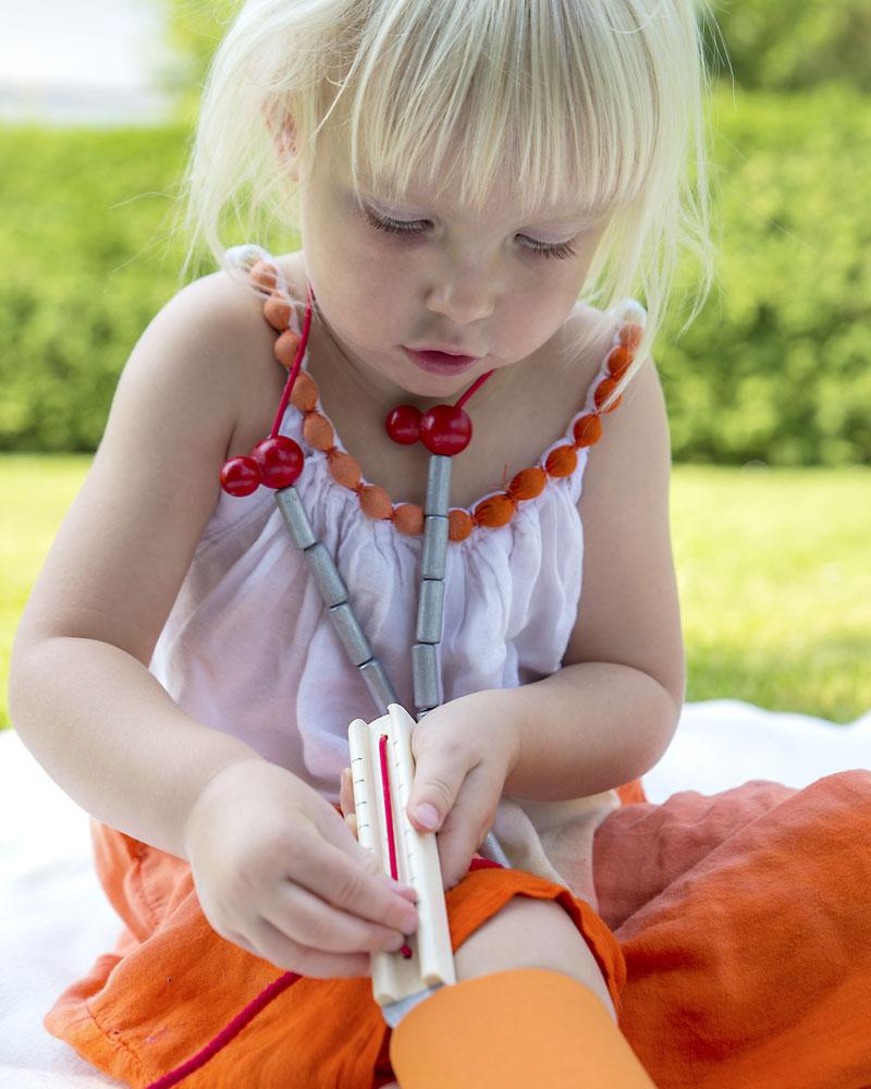 Kleinkind mit Arztkoffer Holzspielzeug von Selecta