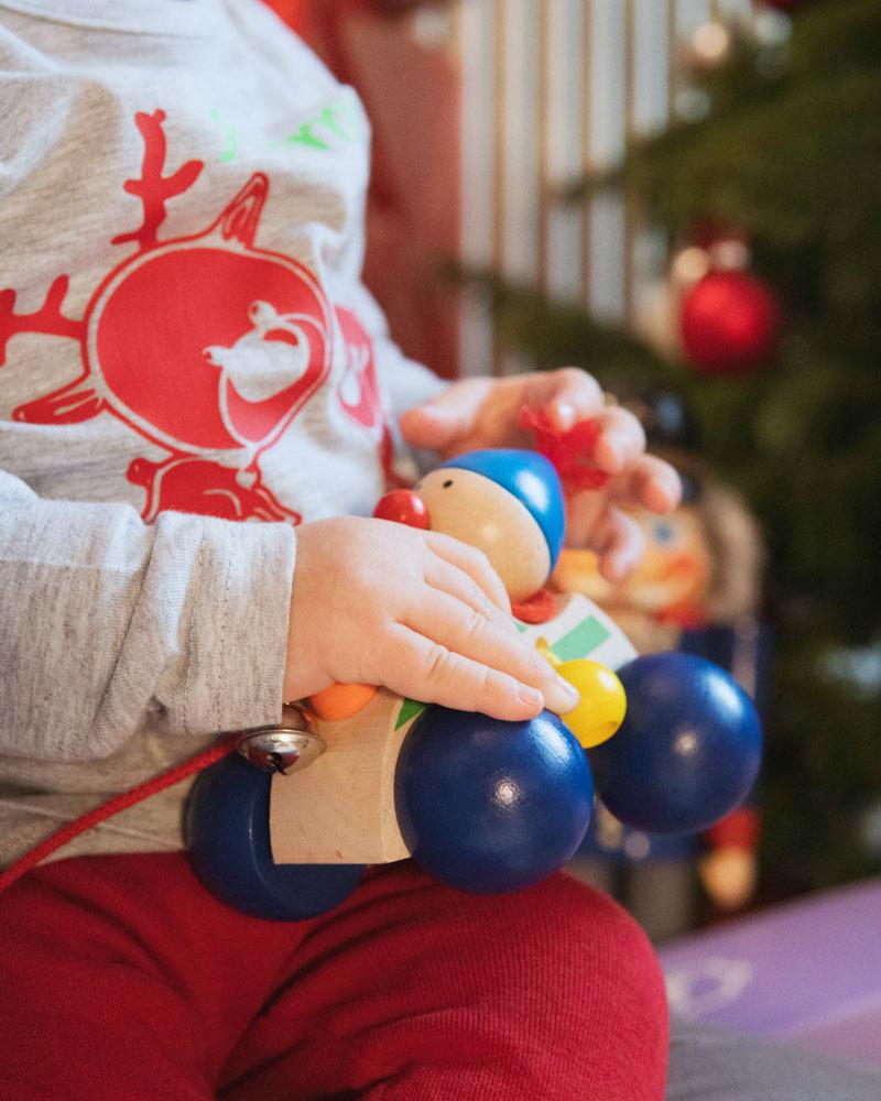 Baby mit Autolino Holzspielzeug von Selecta