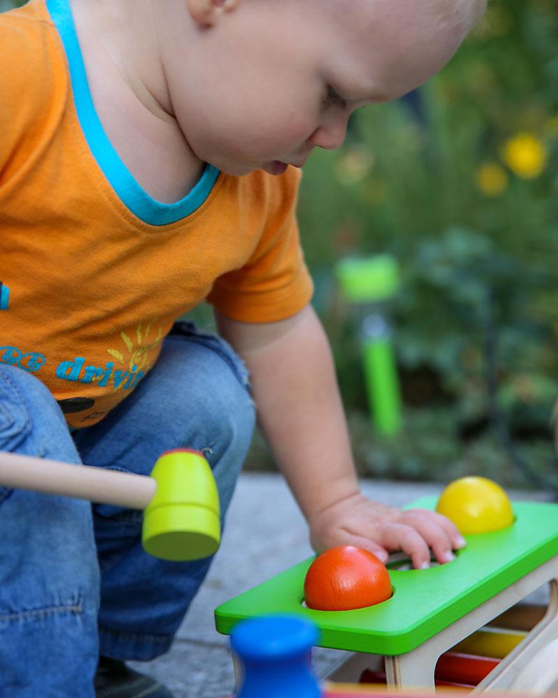 Kleinkind mit Battino Holzspielzeug von Selecta