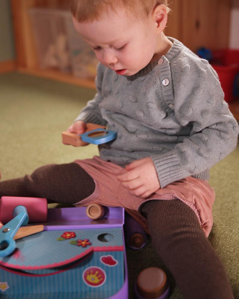 Kleinkind mit Beautykoffer Holzspielzeug von Selecta