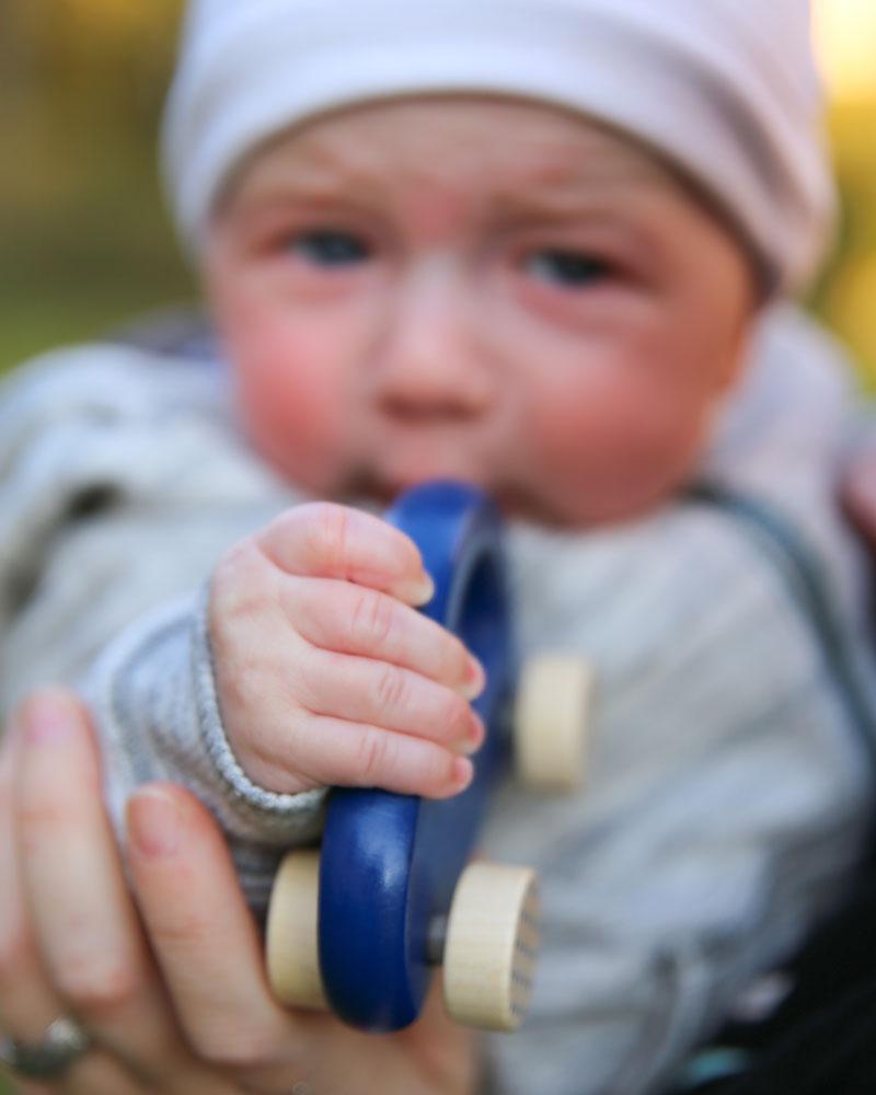 Baby mit Bellybutton kleiner Flitzer blau Holzspielzeug von Selecta