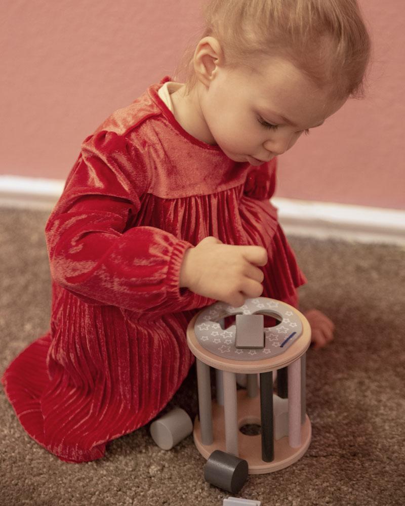 Kleinkind mit Bellybutton Sternchenrolle Holzspielzeug von Selecta