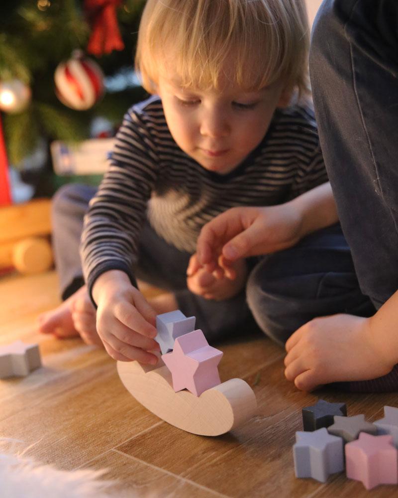 Kleinkind mit Bellybutton Sternenhimmel Holzspielzeug von Selecta