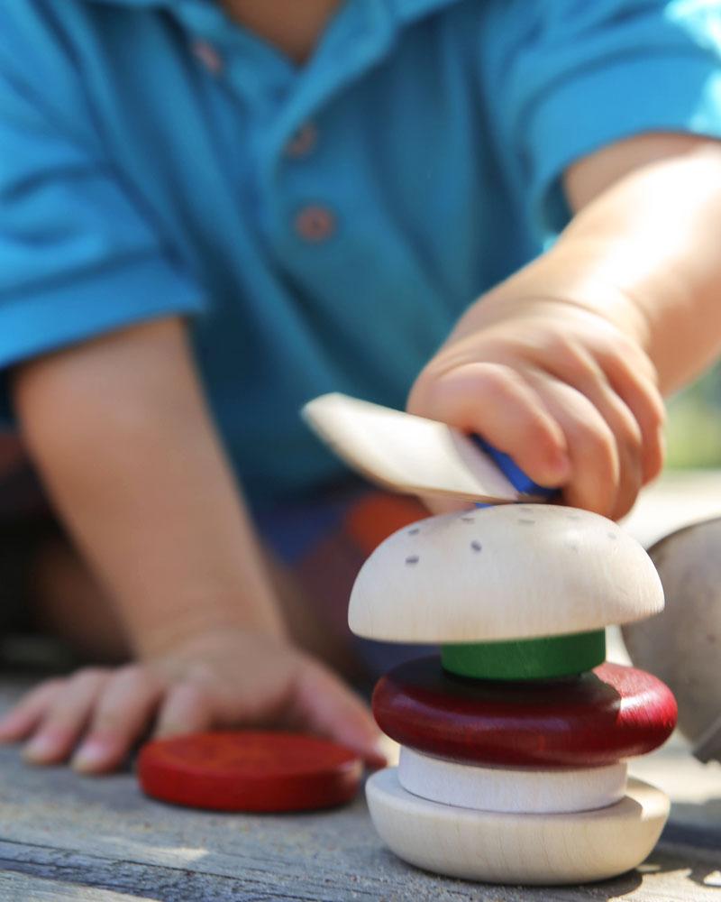 Kleinkind mit Burger Holzspielzeug von Selecta