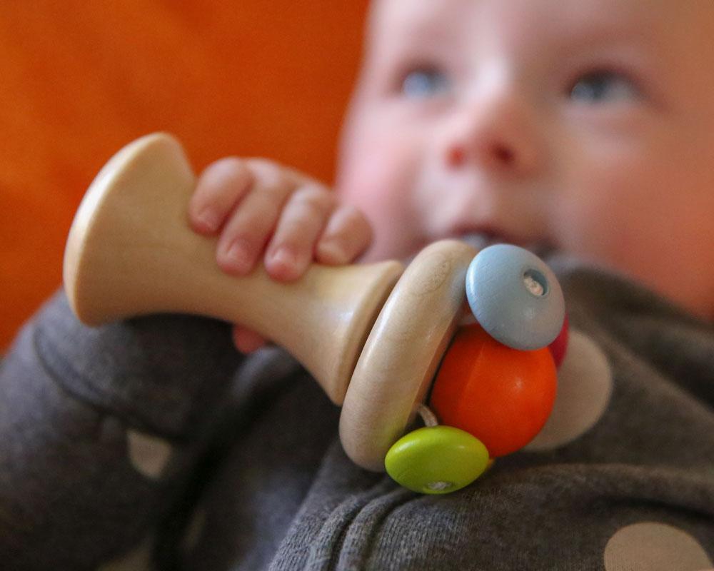 Baby mit Carello Holzspielzeug von Selecta