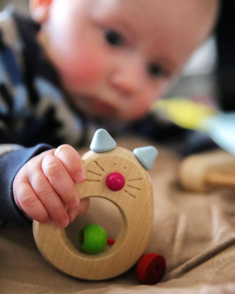 Baby mit Catina Holzspielzeug von Selecta