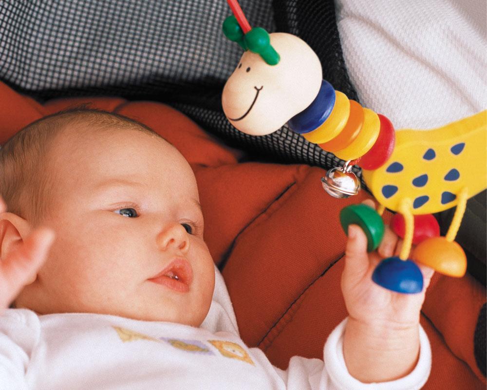 Baby mit Collina Holzspielzeug von Selecta
