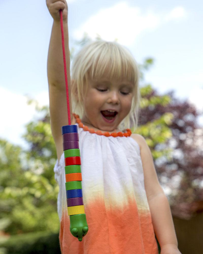 Kind mit Fädelraupe Holzspielzeug von Selecta