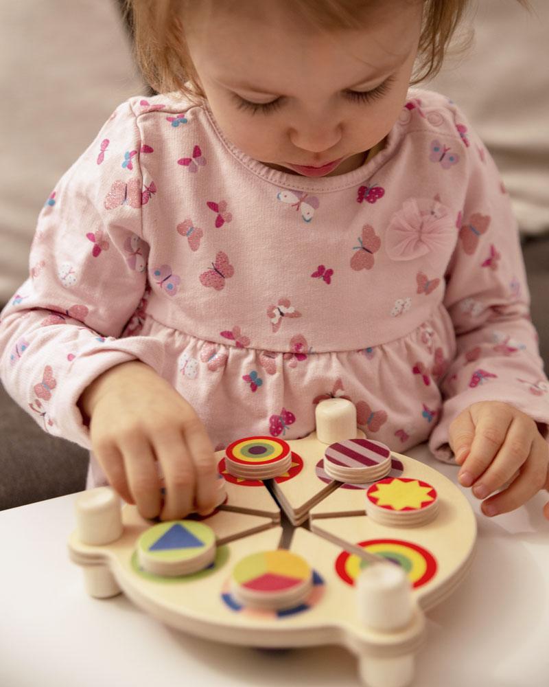 Kleinkind mit Farbenschubser Holzspielzeug von Selecta