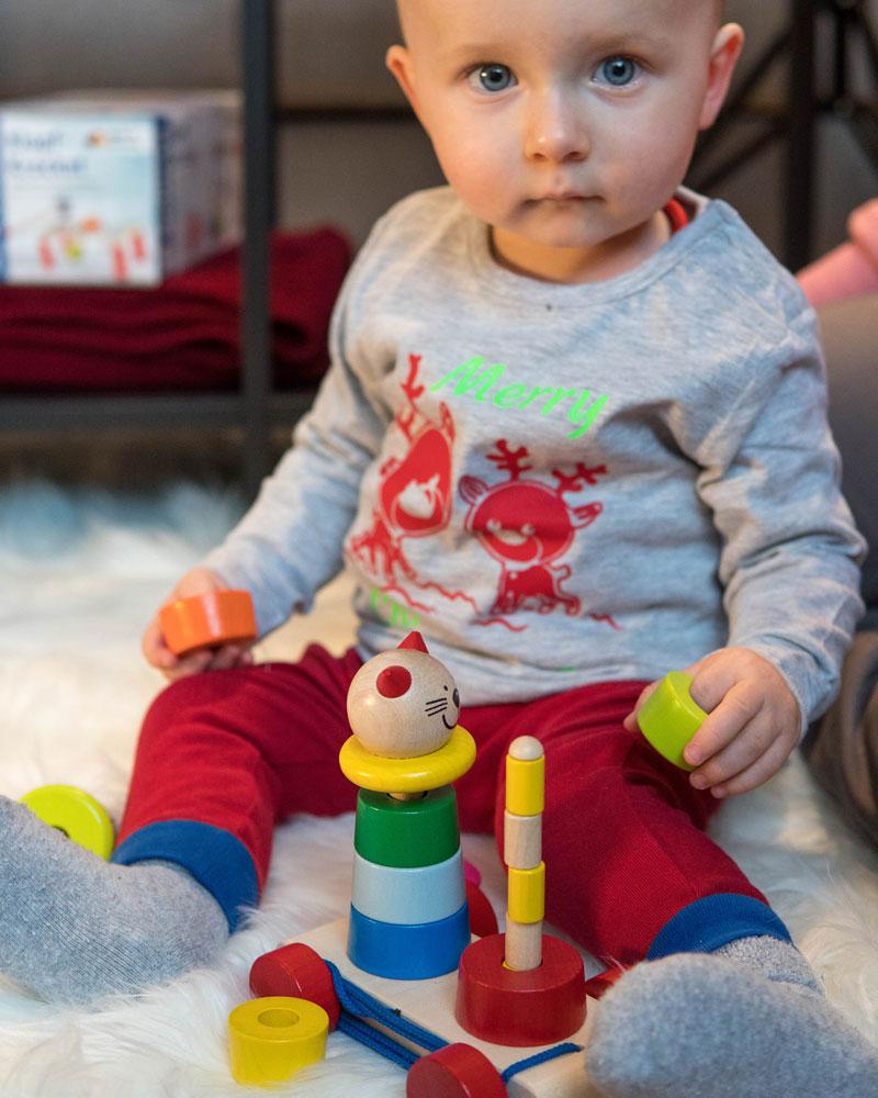 Baby mit Filino Holzspielzeug von Selecta