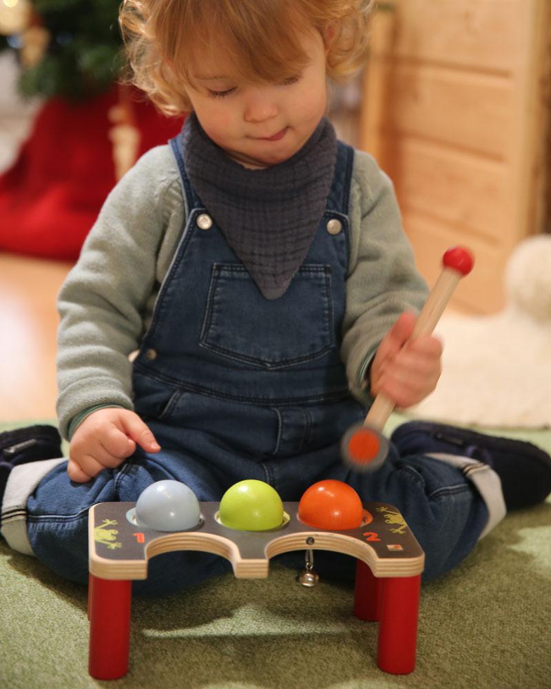 Kleinkind mit Klopf-Krocket Holzspielzeug von Selecta