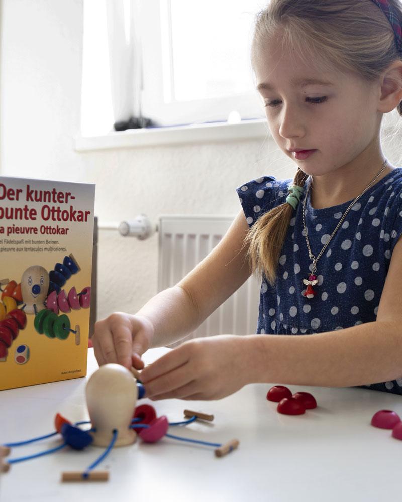 Kind mit kunterbuntem Ottokar Holzspielzeug von Selecta