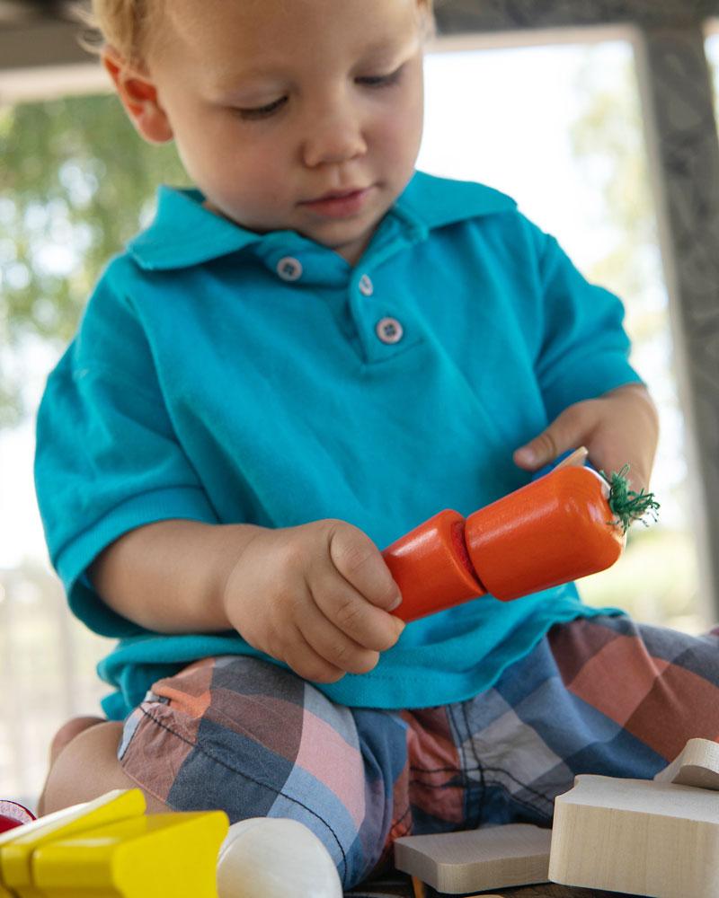 Kleinkind mit Picknick Holzspielzeug von Selecta