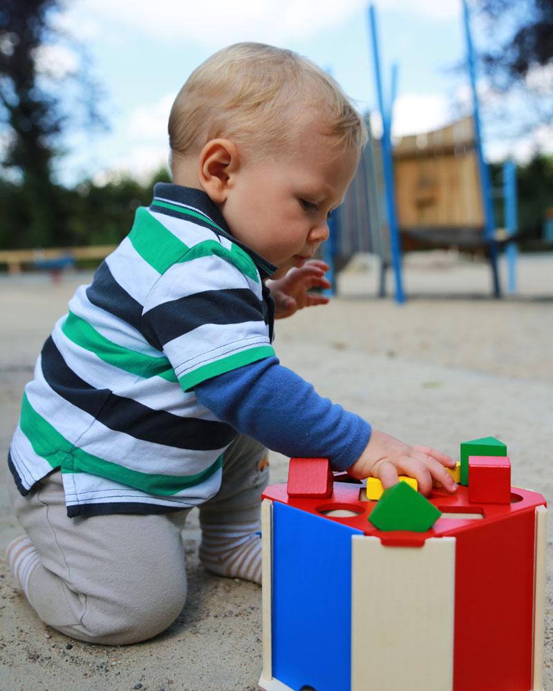 Baby mit Quatrino Holzspielzeug von Selecta