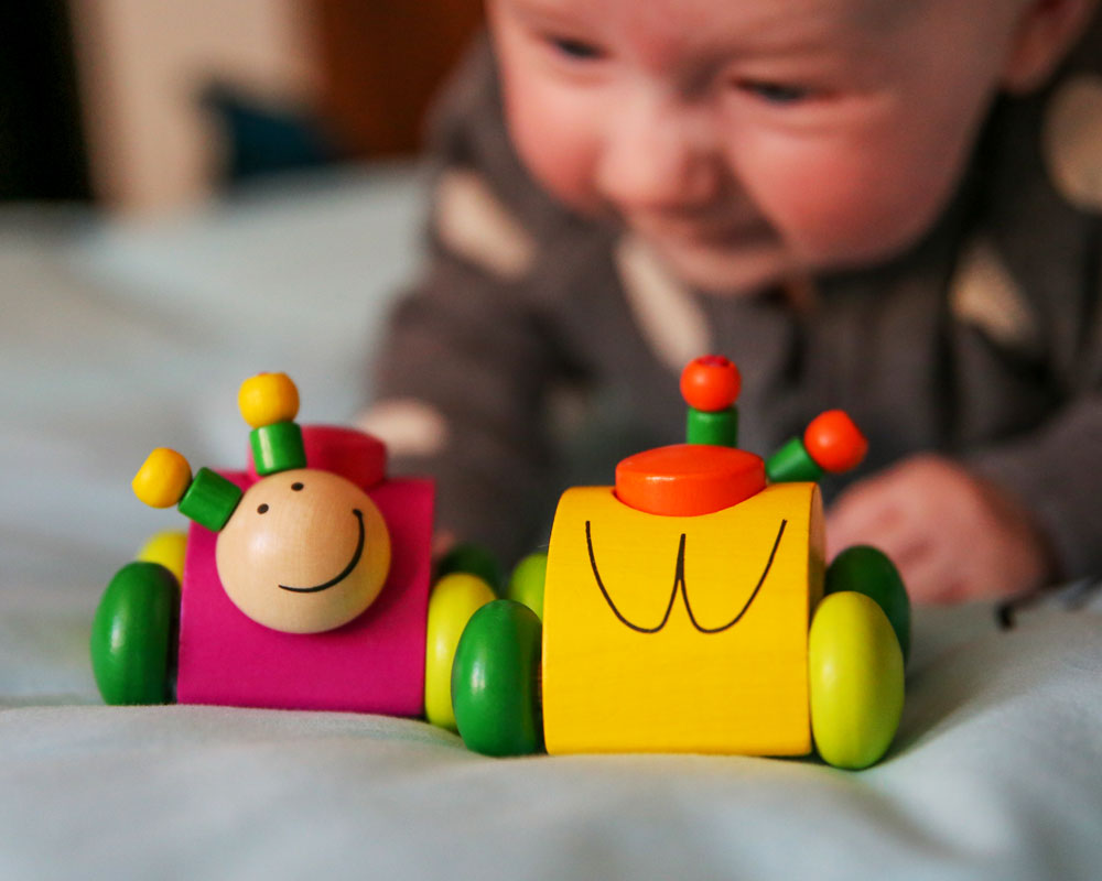Baby mit Rollina Holzspielzeug von Selecta