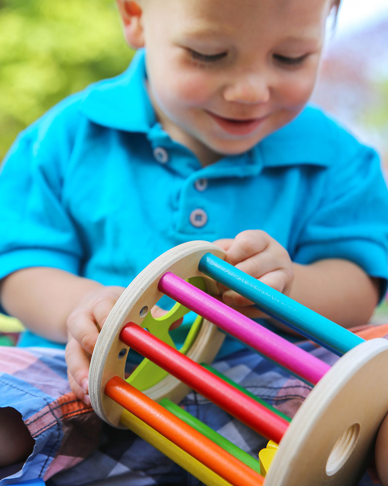 Kleinkind mit Sortierrolle Holzspielzeug von Selecta