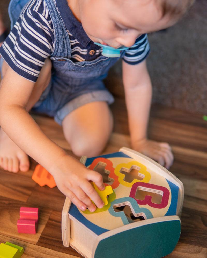 Kleinkind mit Sortino Holzspielzeug Emotionen