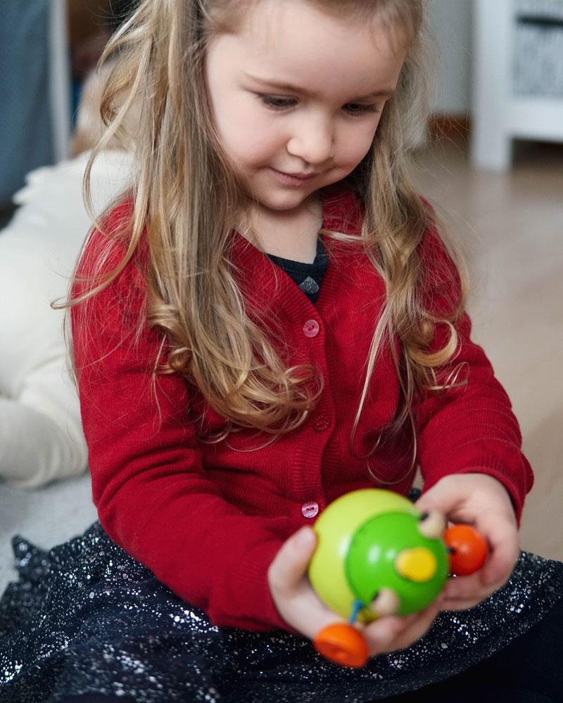 Kind mit Stapelfrosch Pepito Holzspielzeug von Selecta