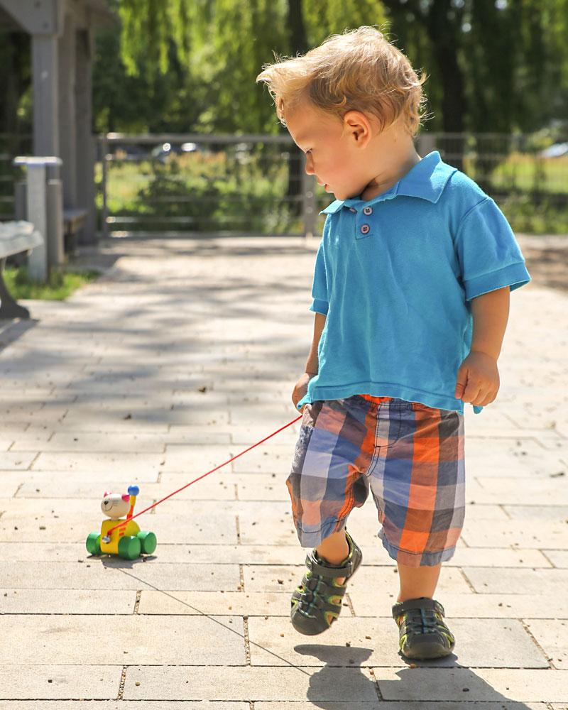 Kleinkind mit Tinka Holzspielzeug von Selecta
