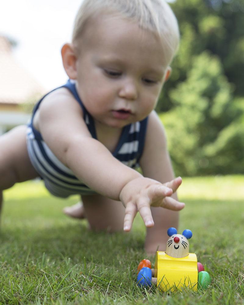 Baby mit Topeto Holzspielzeug von Selecta