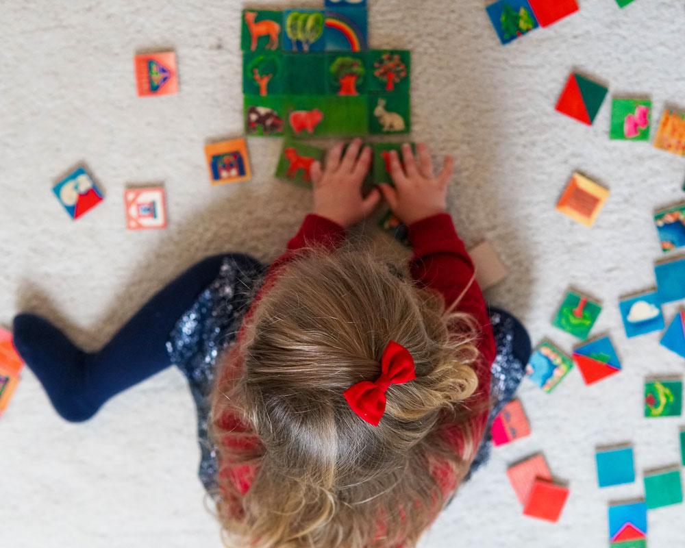 Kind mit Varialand Holzspielzeug von Selecta