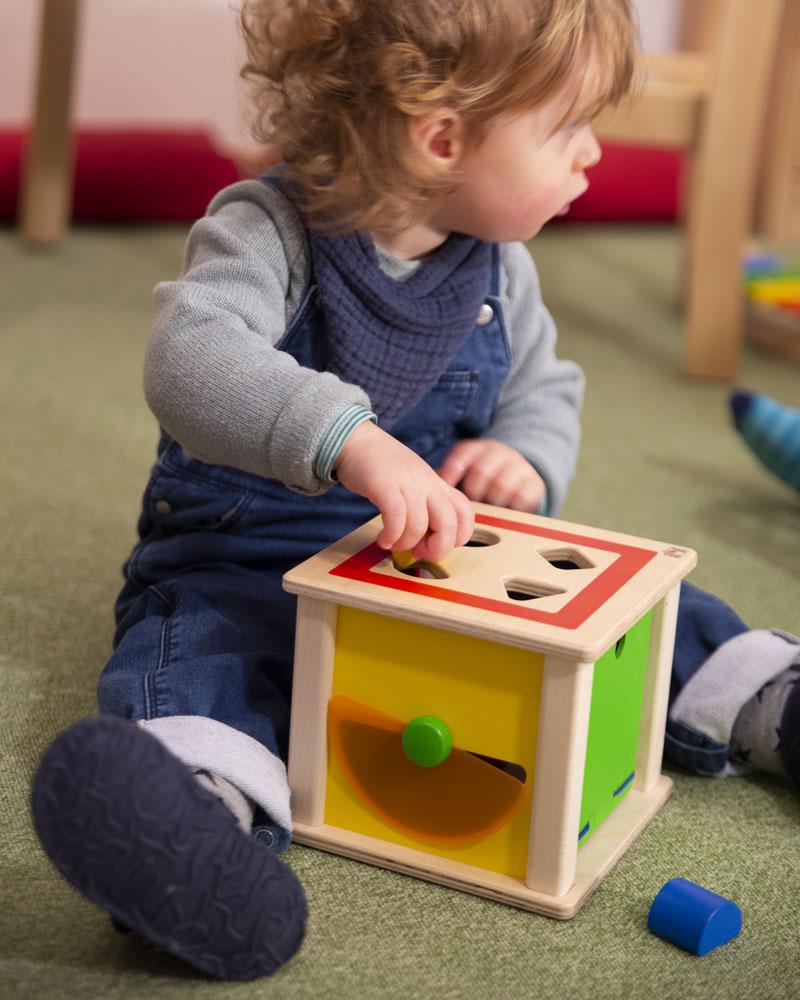 Kleinkind mit Varianto Holzspielzeug von Selecta
