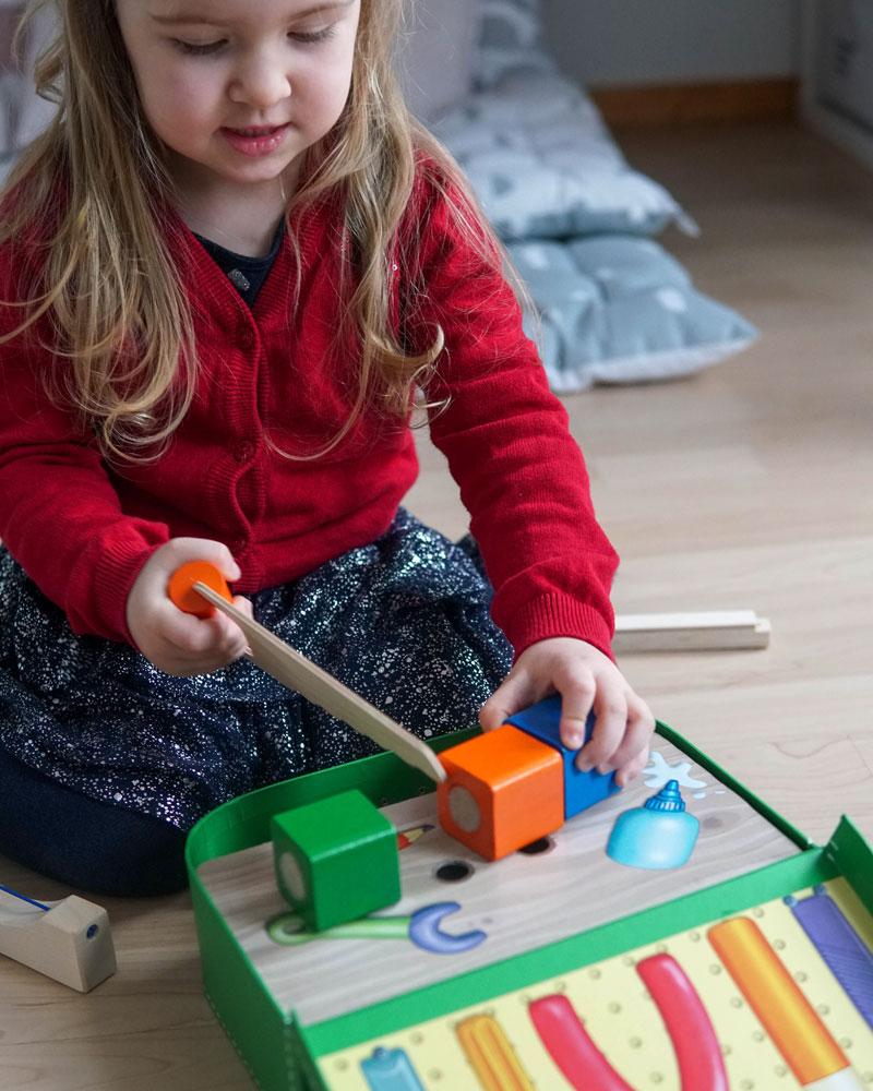Kind mit Werkzeugkoffer Holzspielzeug von Selecta