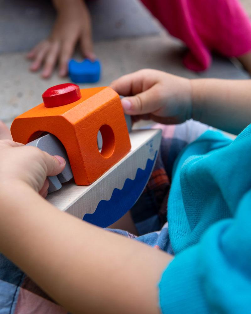 Kleinkind mit Wippfant Holzspielzeug von Selecta