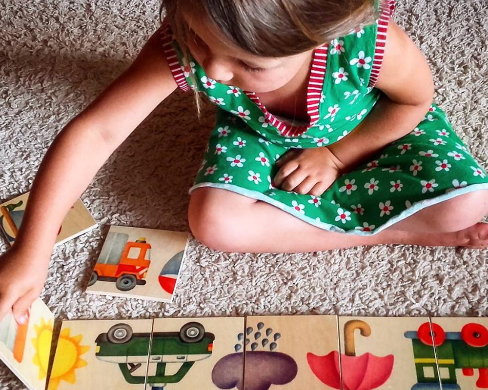 Kind mit Bilderstraße Holzspielzeug von Selecta