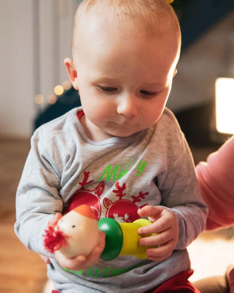 Kleinkind mit Kiri Vogel Holzspielzeug von Selecta
