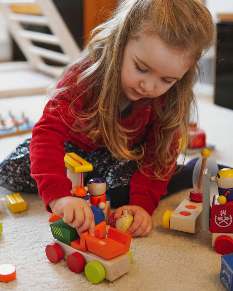 Kleinkind mit Klettini Bauernhof Holzspielzeug von Selecta