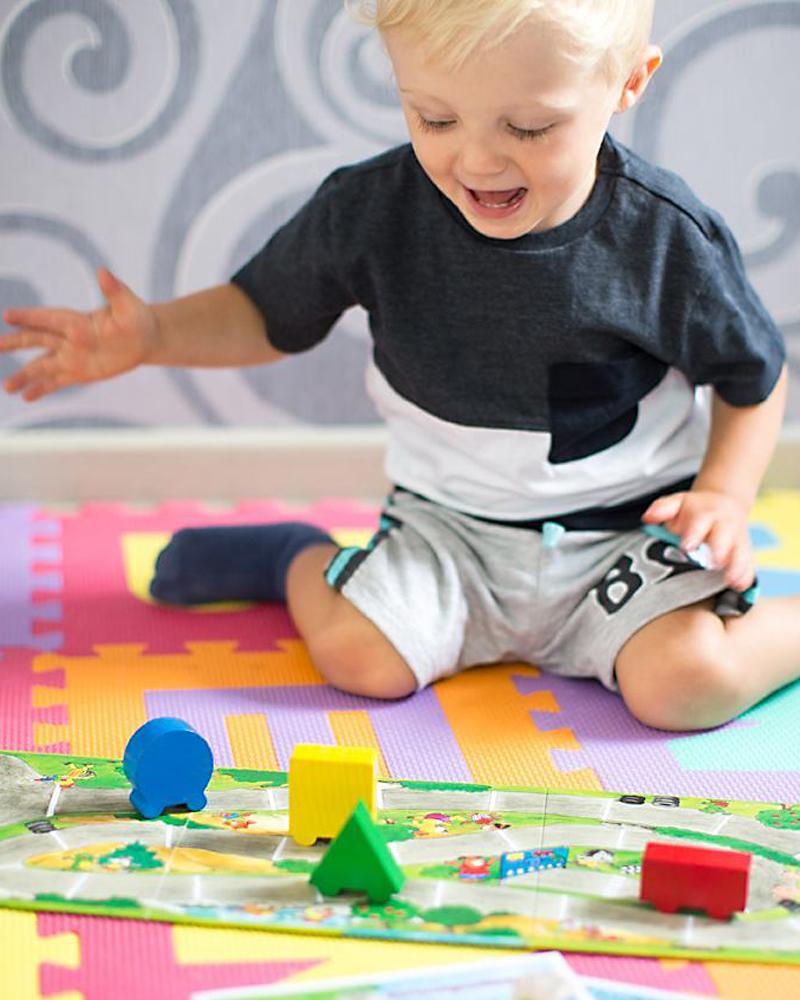 Kleinkind mit kunterbunter Autorelli Holzspielzeug von Selecta