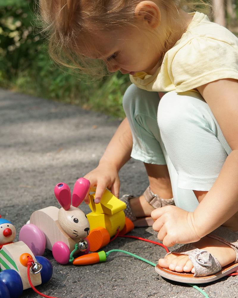 Kleinkind mit Nachziehtieren Autolino, Hanna Hoppel und Karla Holzspielzeug von Selecta