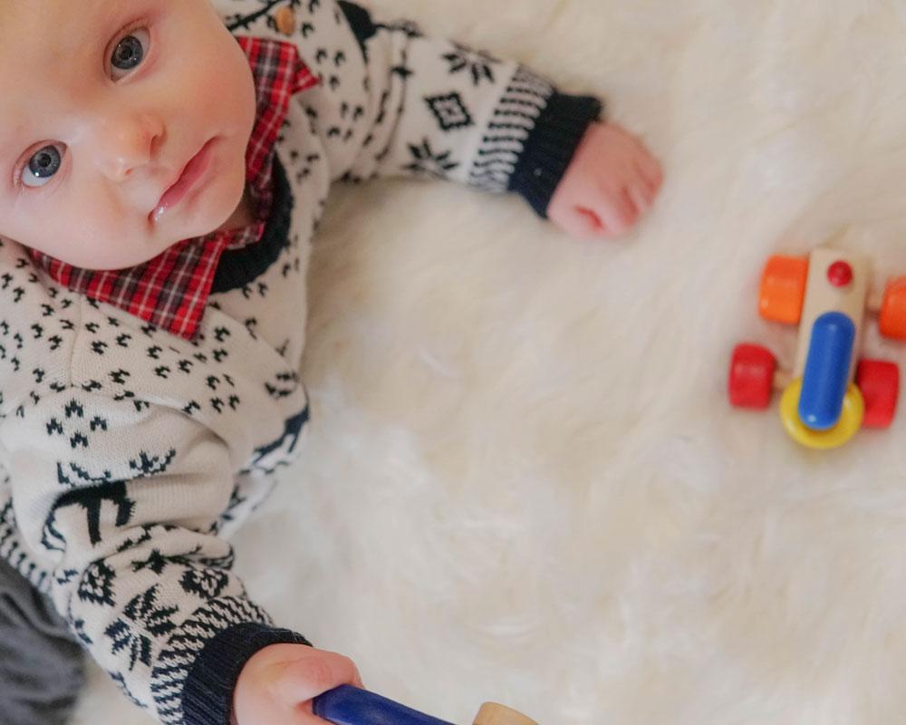 Baby mit Rolina Holzspielzeug von Selecta