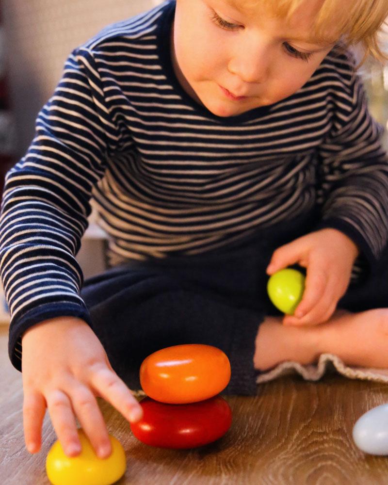 Kleinkind mit Wackelsteine Holzspielzeug von Selecta