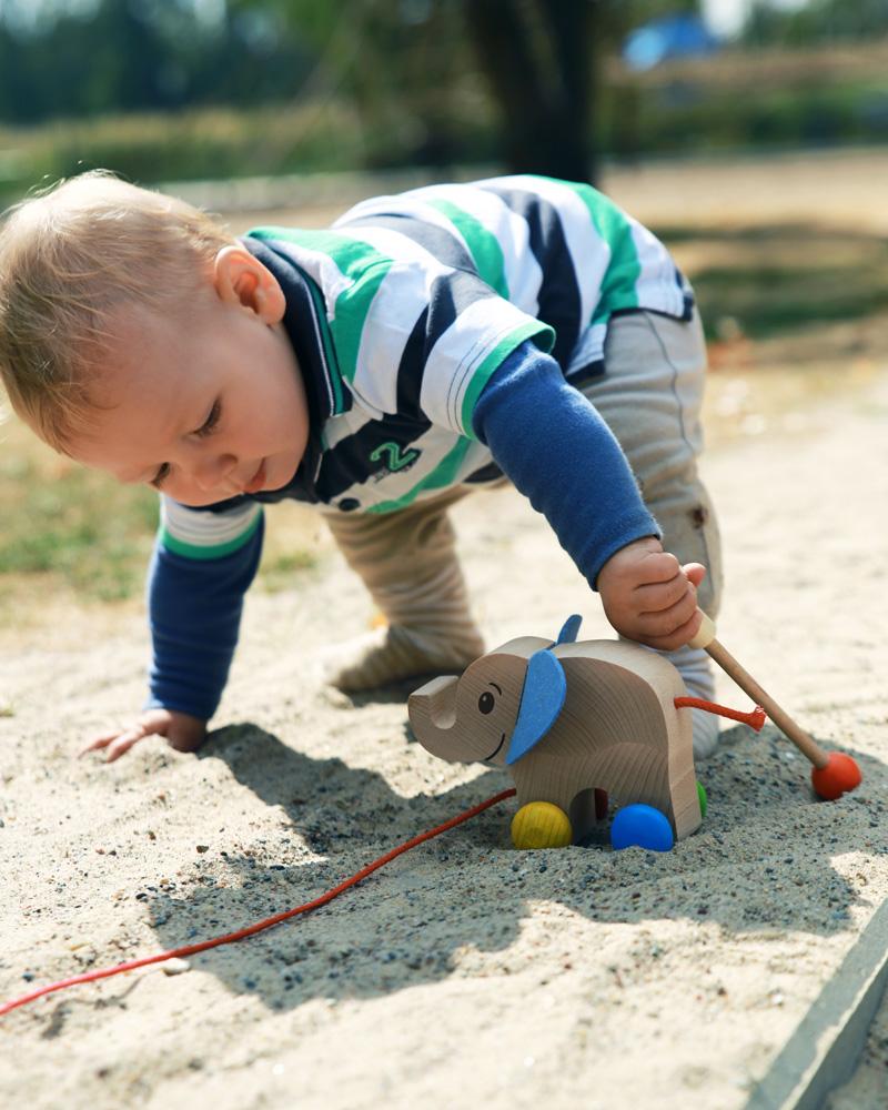 Kleinkind mit Yambo Holzspielzeug von Selecta