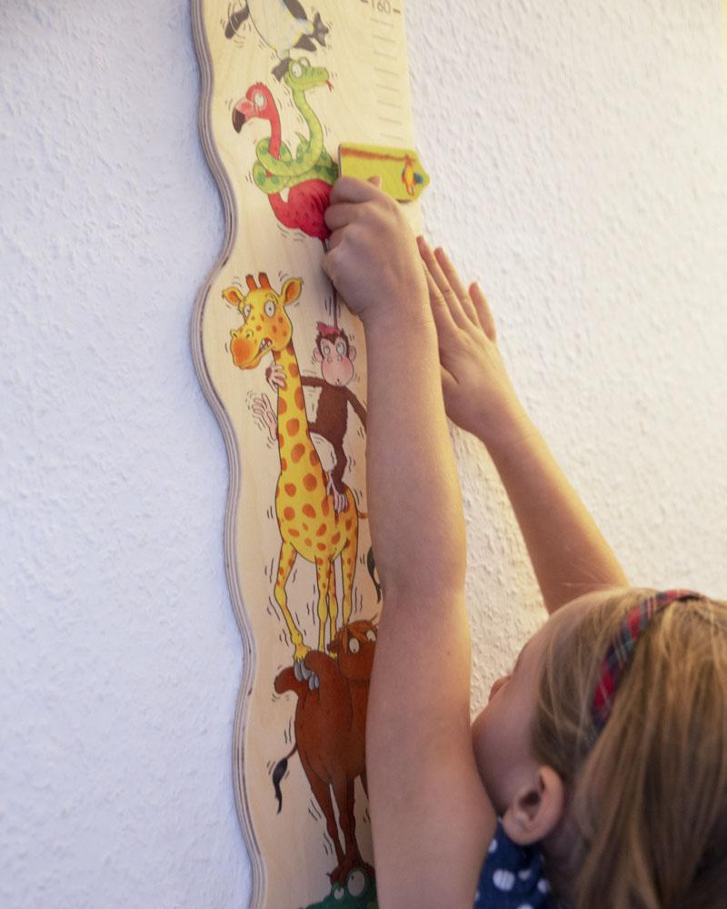 Kind mit Zoorino Messlatte Holzspielzeug von Selecta