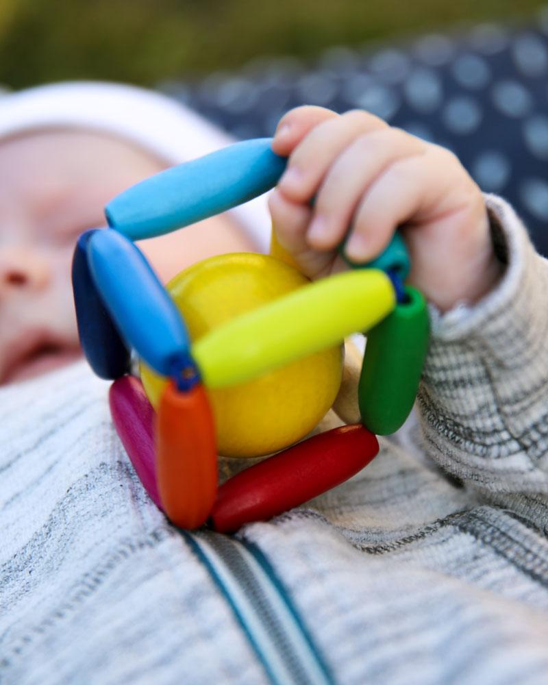 Kind mit Cubinello Holzspielzeug von Selecta