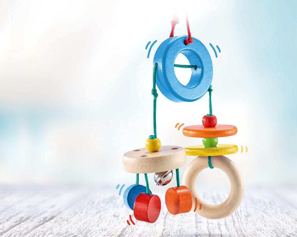 Holz buntes Mini Trapez mit hängenden Holzklötzchen, Glöckchen und Ringen