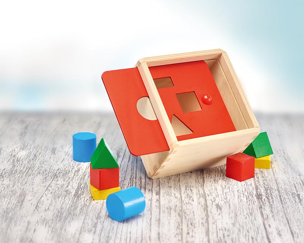 Holz bunte Sortierbox mit verschieden farbigen Bauklötzchen