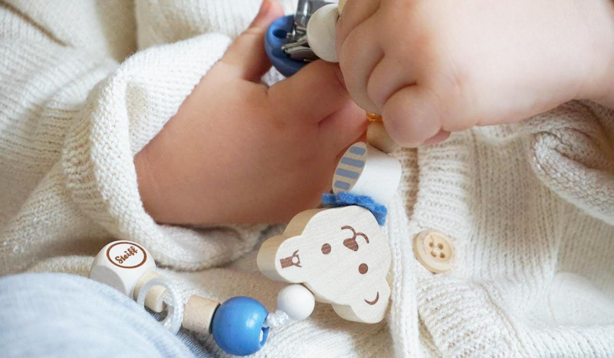 Steiff Schnullerkette Teddybär in blau aus Holz
